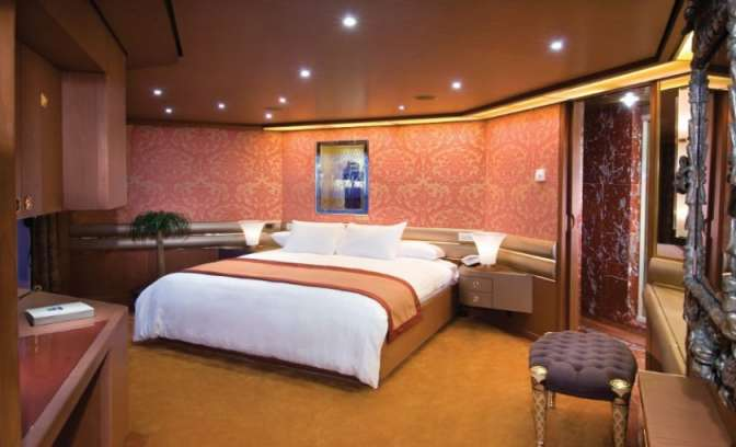 De slaapkamer van de pinnacle suite op de Holland America Line