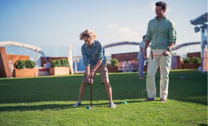 Kind speelt Croquet op de celebrity Reflection