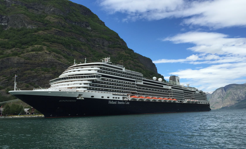 Cruiseschip Koningsdam in Flam Noorwegen