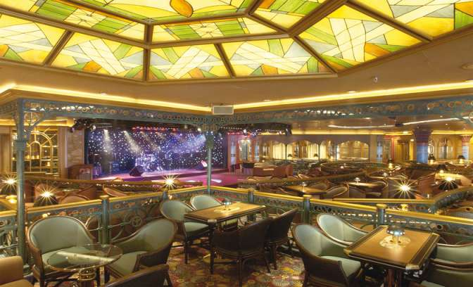 Een lounge met podium op de Diamond Princess van Princess Cruises
